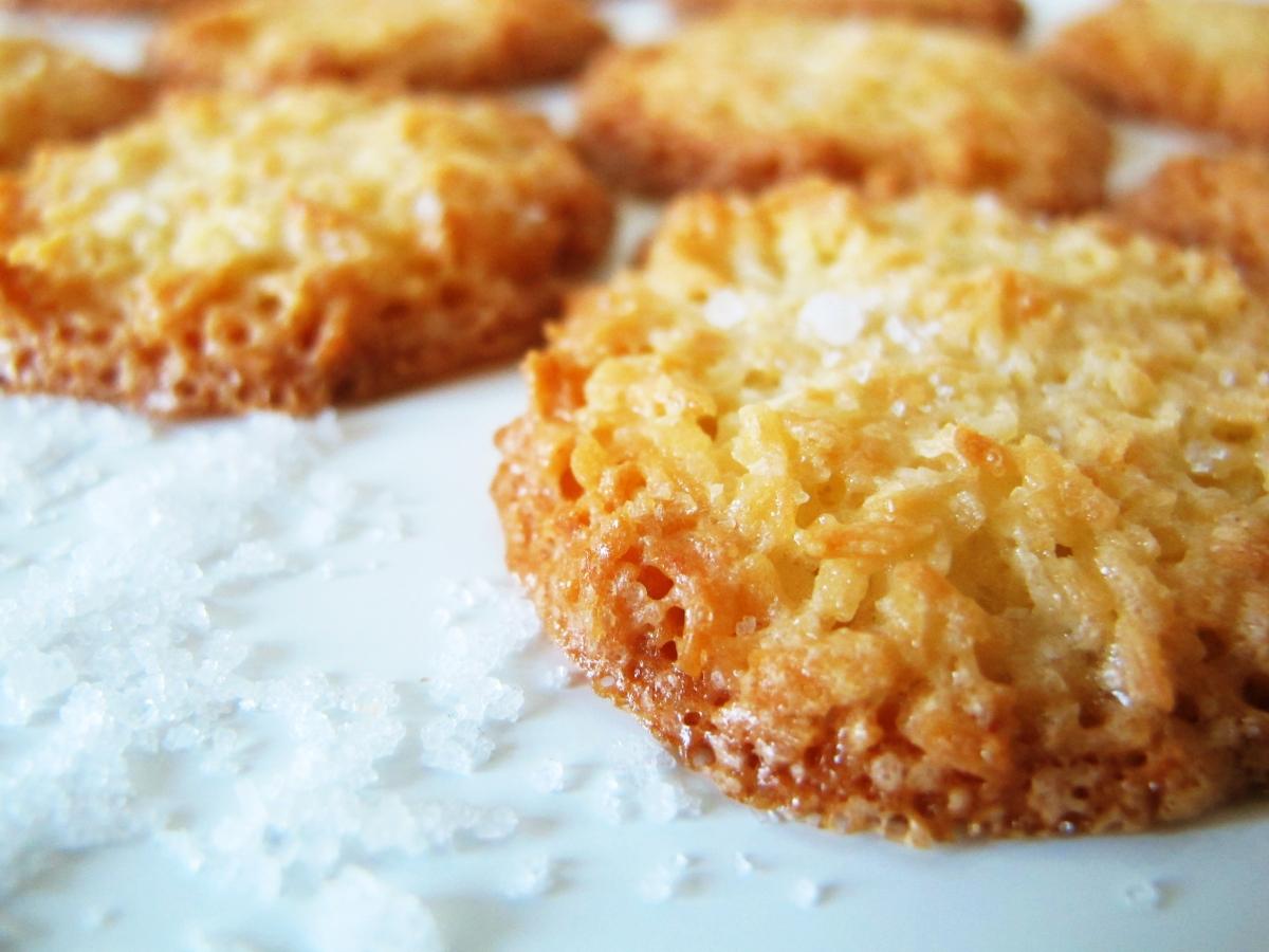 Crisp coconut cookies with fleur de sel | semiswede